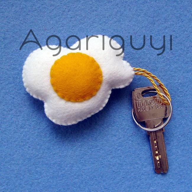 Llavero hecho con #fieltro modelo huevo frito | by #Agariguyi