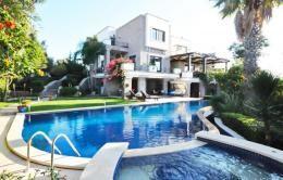 Yalıkavakta kiralık olan özel havuzlu villa 'mızın, etrafı kapalı olup havuzu dışarıdan görünmemektedir. 680 m2 kapalı alana sahip tripleks kiralık villa , özel havuzlu ve geniş bahçeli olması nedeniyle tesettürlü ve kalabalık aileler için oldukça uygundur. Özel havuzlu kiralık villa 8 kişiliktir.