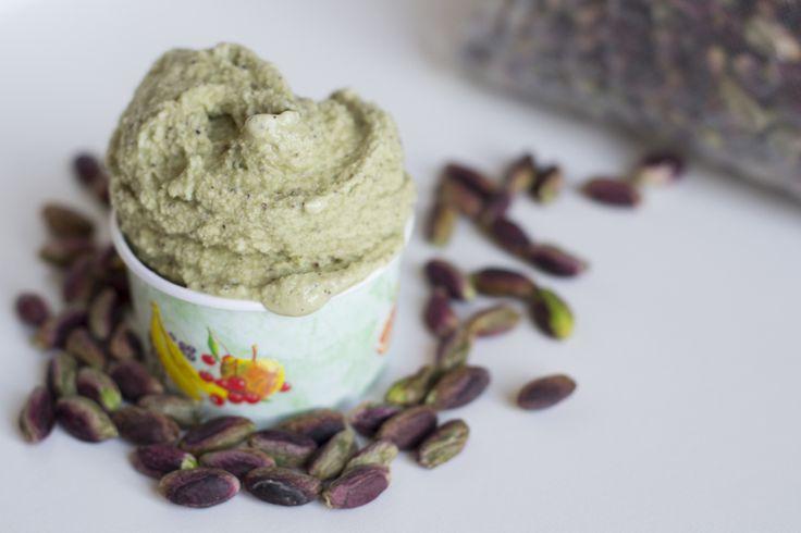 Il gelato al pistacchio è un gusto molto particolare che con ottimi pistacchi darà un risultato favoloso e la ricetta per farlo in casa è semplicissima...