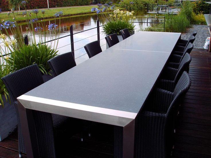Grote RVS tuintafel met 8 vlechtwerk stoelen