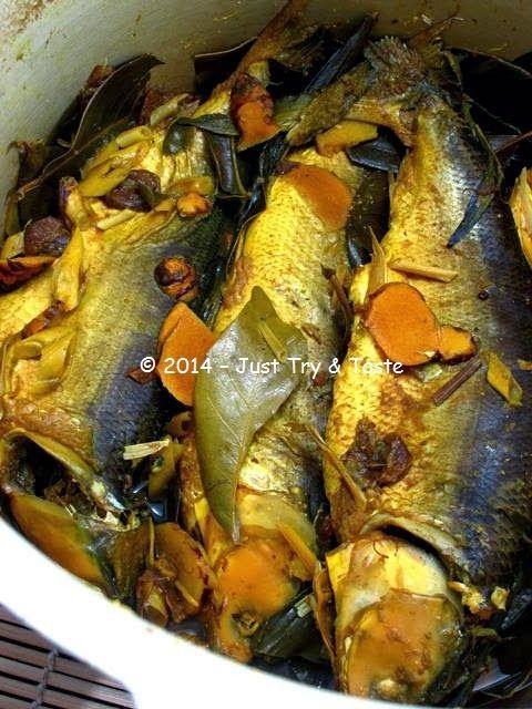 Di pasar Blok A, dekat dengan rumah Pete, ada seorang ibu penjual ikan yang menjadi lang ganan favorit saya kala belanja ikan dan seaf...