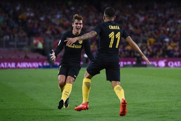 Atletico Madrid's Argentine forward Angel Correa (R) celebrates his goal with Atletico Madrid's French forward Antoine Griezmann during the Spanish league football match FC Barcelona vs Club Atletico de Madrid at the Camp Nou stadium in Barcelona on September 21, 2016. / AFP / JOSEP LAGO