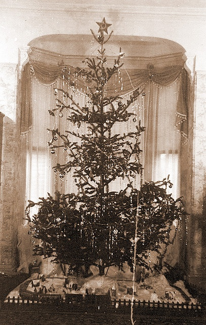 Victorian Christmas Tree Home Decor That I Love