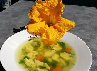 Vaříme bez tuku: Bylinková polévka s dýňovým květem