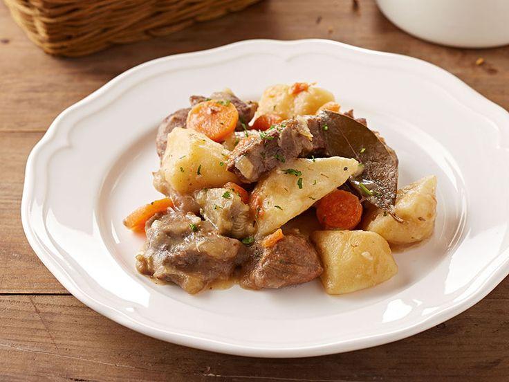 Le plat national Irlandais, appelé « Irish Stew », est un ragoût de mouton et pommes de terres en proportions égales, avec des oignons et parfois d'autres légumes. Cette version au boeuf est celle que j'ai apprise de ma mère.