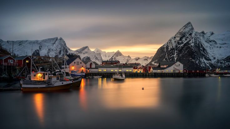 закат, норвегия, причал, norway, дома, снег, hamnoy village, lofoten, лофотенские острова, море, катера, лодки, огни, побережье, зима, горы 1920x1080