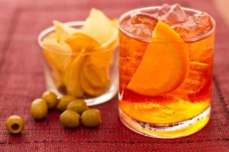 lo SPRITZ è il classico aperitivo #veneto, la nostra versione è facile e veloce, a base di #aperol, vino bianco secco e arance. Qui la #video #ricetta:http://ricette.giallozafferano.it/Spritz.html  #GialloZafferano #cocktail #spritz #aperitivo