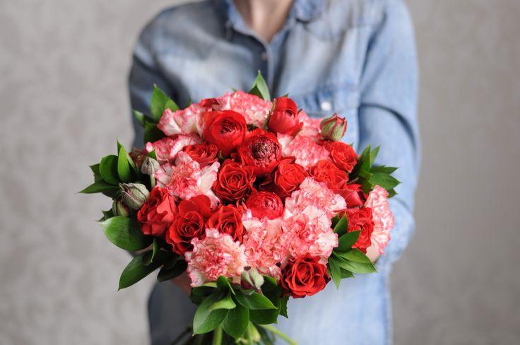 Красный букет с ранункулюсами, розой и гвоздикой / Red bouquet with ranunculus roses and dianthus