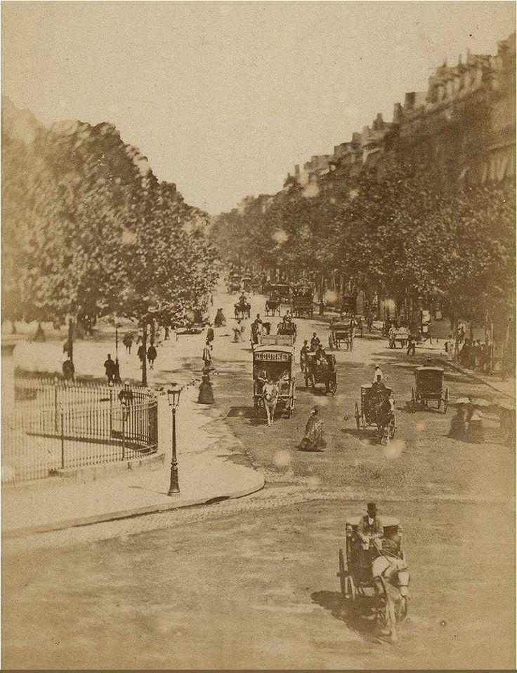 Le boulevard de la Madeleine vers 1870. Les hommes portent encore des hauts-de-forme... (Paris 1er/8ème/9ème)