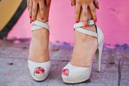 14 ОБУВНЫХ ЛАЙФХАКОВ ✔  Обувь — это вещь, на которой нельзя экономить. Естественно, потратив на обувь приличную сумму, хочется, чтобы она служила дольше. В этом нет ничего зазорного, и лучше носить одну хорошую пару обуви несколько лет, чем менять каждый сезон, покупая более дешевые, но менее качественные туфли или сапоги. В этой статье мы расскажем, как правильно и эффективно ухаживать за новой парой обуви без специальных средств!  1. Верните белизну подошве  Зубная паста полезна не только…