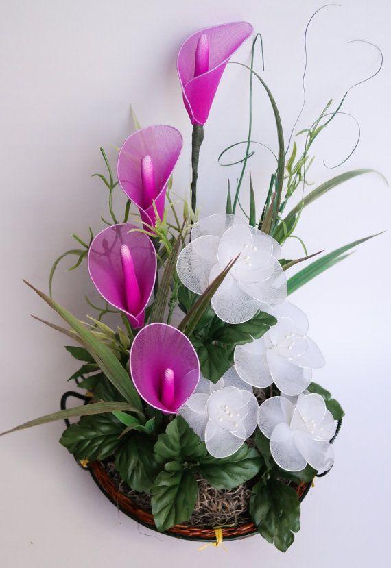 Alcatraces - fucsia y arreglo floral de flores blancas de nylon -Todas las flores estaban hechas a mano de nylon y alambre -Arreglo primavera magnífico que sin duda llamarán la atención! -Hace un bonito regalo de día de la madre -Acentuado con helechos verdes -Situado en una cesta de madera -Alrededor de 13 ½ de alto y 10 en el punto más ancho  Para más arreglos florales: https://www.etsy.com/shop/JJnKo?section_id=14708374  Visita la página para ver nuestras promocion...