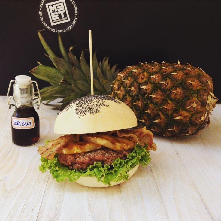 BIG KAHUNA: Hamburger di agosto 2015 con pane bio, manzo, ananas grigliato, pancetta, salsa teriyaki, insalata.