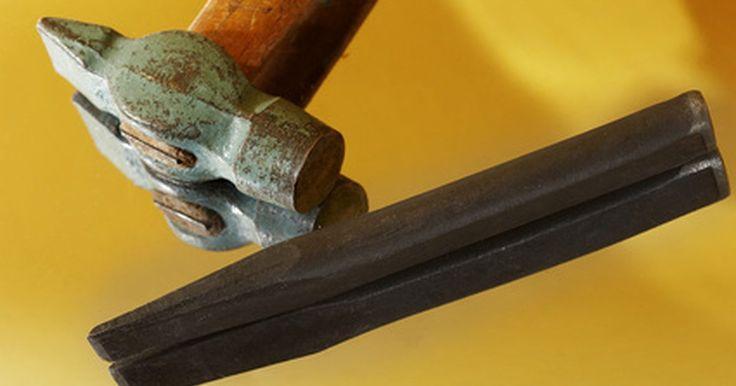 Herramientas para tallar piedras. La mejor herramienta para tallar letras en la piedra dependerá de la dureza de tu piedra y tu nivel de comodidad con una herramienta especial. Algunos escultores sienten que los martillos neumáticos y molinos quitan el arte de la obra, mientras que otros aprecian el tiempo y la energía que se ahorra mediante el uso de herramientas eléctricas. ...