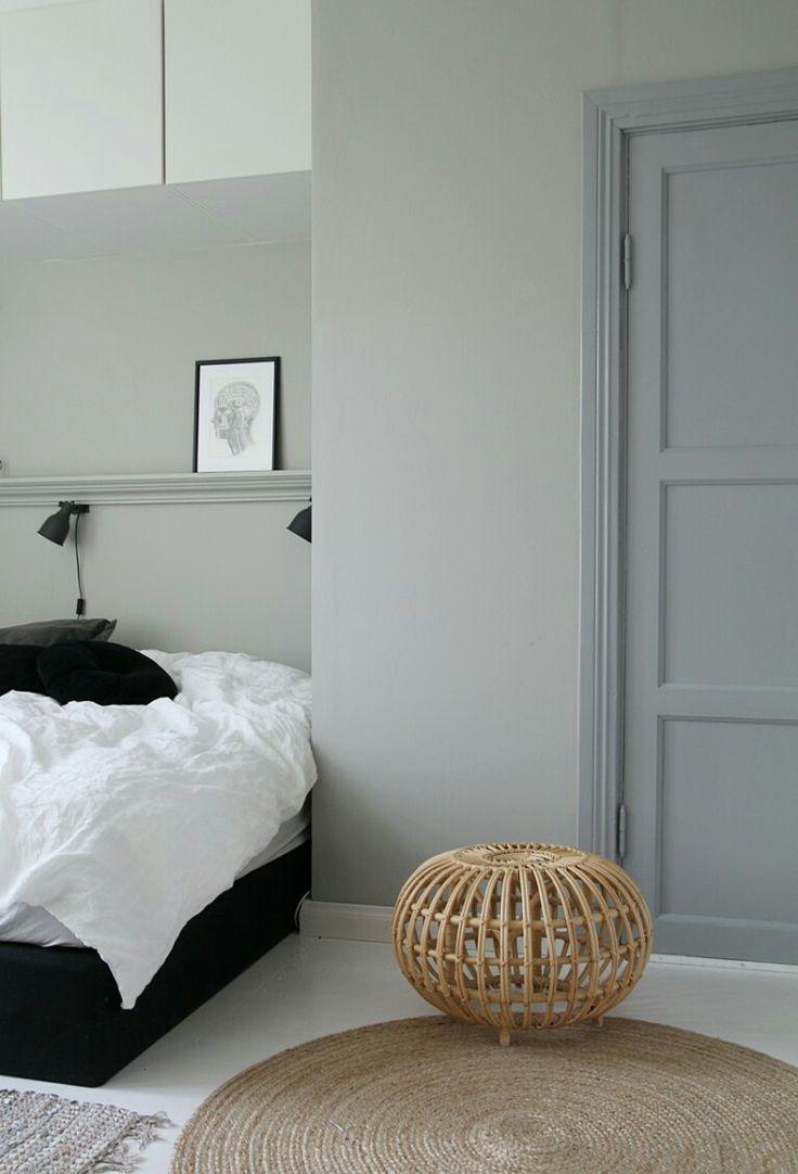 """Helt fantastiskt harmoniskt sovrum i gråskala med lite grönblå toner. Lampor Hektar Ikea. Rotting""""boll"""" av designer Franco Albini. Foto och ägare av detta sovrum är finska bloggerskan Maiju Saw."""