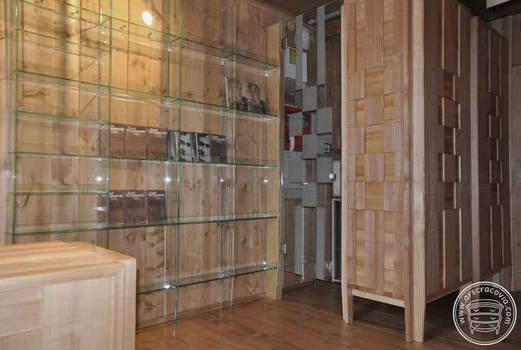 Boks szatniowy, recepcja i regały z hartowanego szkła  w Muzeum Karola Szymanowskiego. Meble wykonane z litego jesionu ułożonego w oryginalną szachownicę.