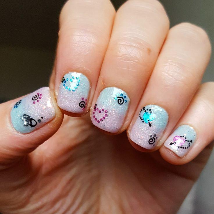 Superbe nail art de @missnenette76 avec les stickers nail art de @kitmanucure  Lien des stickers coeurs : https://www.kit-manucure.com/225-stickers-ongle-coeur-et-coeur-avec-fleche-strass.html