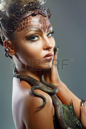 medusa%3A+Gorgon+Medusa.+Jonge+vrouw+met+creatieve+fantasie+kapsel+en+make-up+Stockfoto