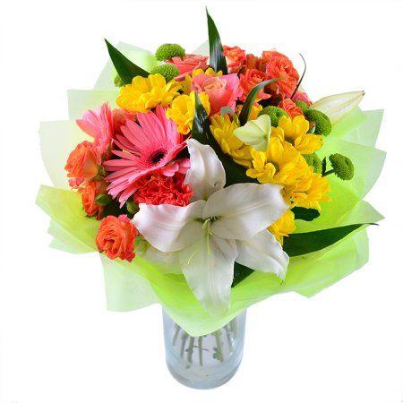 """Букет цветов """"Самый лучший"""". Этот яркий букет просто заряжен позитивными эмоциями! Розы традиционно символизируют теплые чувства, зеленые и желтые хризантемы — богатство и счастье. Лилии выражают ваши добрые намерения, а похожие на солнышко герберы напоминают о том, что жизнь прекрасна. Необычное цветовое решение делает букет стильным и современным. Подарите его самой лучшей, самой любимой и родной — жене, маме, сестре, дочери."""