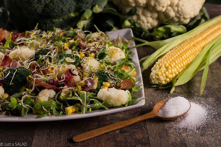 WARZYWA Z CUKREM. Sałatka z brokułami, kalafiorem, kukurydzą, chipsami z szynki dojrzewającej i bakaliami.