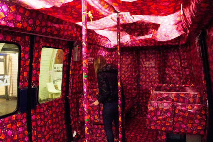 Ligne 8, une rame de métro emballée pour Noël par collectif d'artistes  Un collectif d'artistes et de graphistes a décoré environ un tiers d'une rame de la ligne 8 du métro parisien avec du papier cadeau rose à motifs. La RATP a retiré la rame de la circulation.