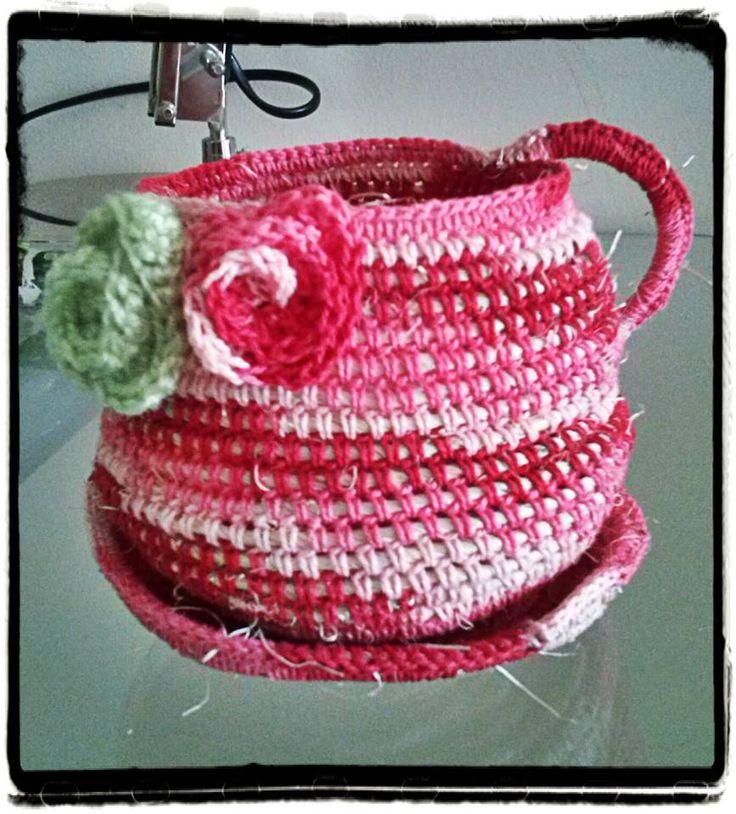 cestito en forma de taza con plato y motivo decorativo de flores .