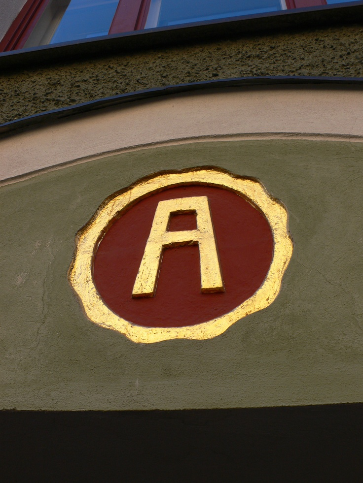 I really like the colour combination of this old art nouveau building at Kruununhaka, Helsinki. It was buildt in 1910 and designed by Oskari Holvikivi. You can find this golden letter A at Snellmaninkatu 16.