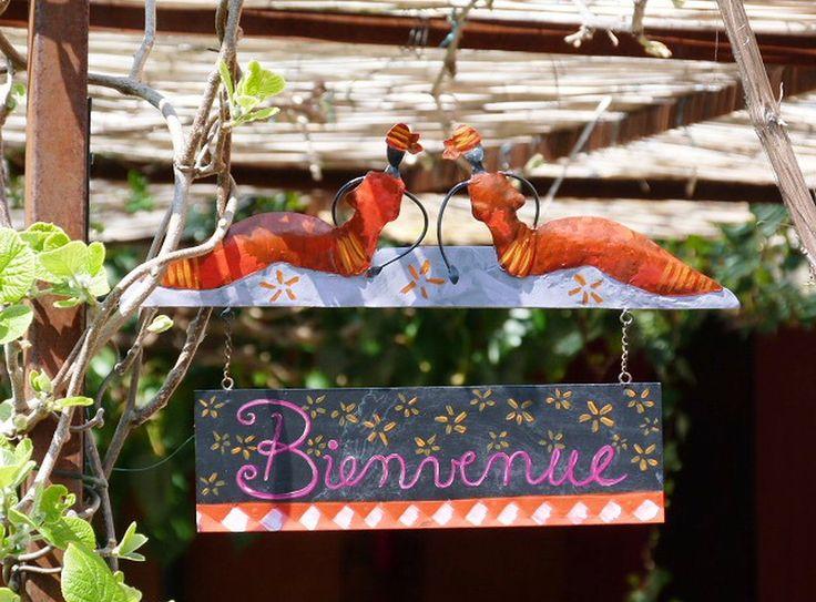 Verhuur van vakantiewoningen, kamers, een pipowagen en een oldtimer in de Drôme Provençale in Zuid Frankrijk. Groot terrein met vele zitjes, rivier en zwembad.
