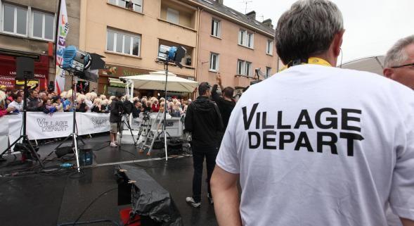 Émission phare de l'avant-étape sur France 3 depuis 2005, le « Village Départ » animé par Laurent Luyat achève son dernier Tour à…
