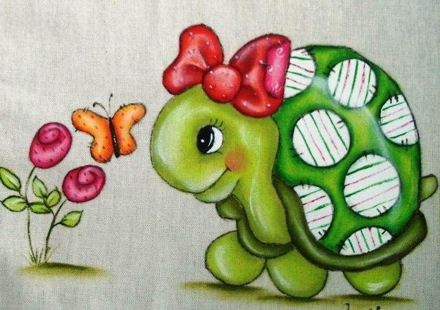 No curso de pintura em tecido você vai aprender a produzir 3 pinturas maravilhosas. A primeira é um cesto com frutas, incluindo peras, uvas, maçã, caju e pêssego. A segunda é um jarro com flores maravilhosas e a terceira pintura são rosas com um laço. Tudo isso de maneira detalhada, com uma professora experiente.