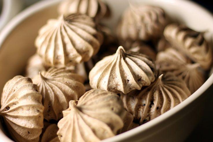Chocolate and licorice meringue http://bakegleder-camilla.blogspot.no/2014/06/sjokolade-og-lakrismarengs.html
