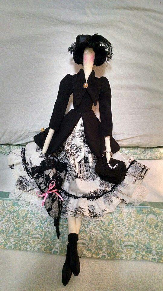 com vestido preto e branco