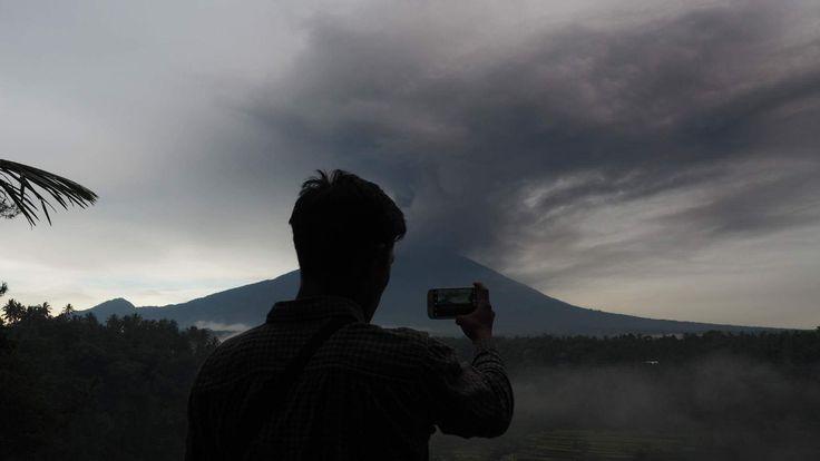 Agung Yanardağı yeniden kül püskürtmeye başladı.