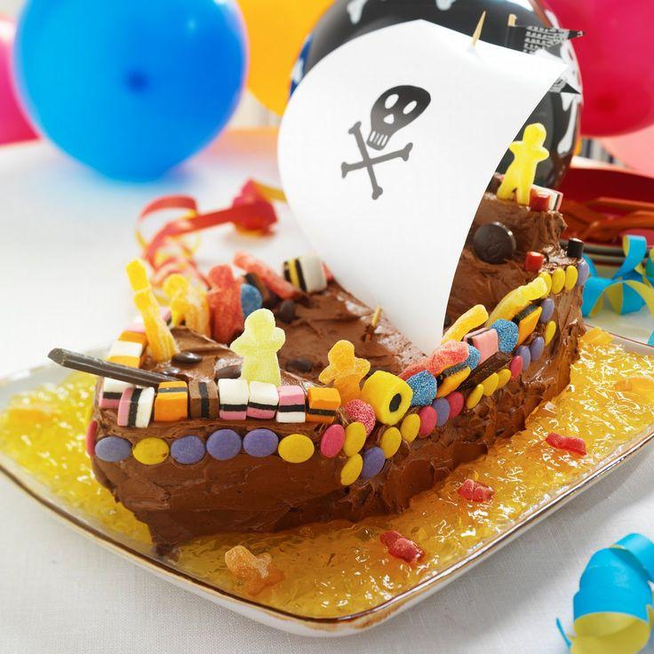 Poden har bursdag og små bursdagsbarn har gjerne sterke ønsker til både bursdagsselskapet, men også bursdagskaken. Her er oppskrift på en skikkelig kul sjokoladekake bygget sammen som en skummel sjørøverskute. Perfekt for små bursdagspirater som krever at foreldrene stiller opp med en sjørøverkake... eller må gå planken. Ship o'hoy og gratulerer med dagen!