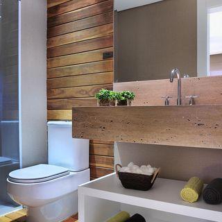 Banheiro com acabamento em Madeira