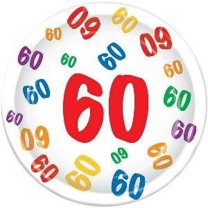 Bordjes 60 jaar met gekleurde cijfers -  Een pak met 8 grote bordjes bedrukt met vrolijk gekleurde cijfertjes 60. Doorsnede: 23cm.   www.feestartikelen.nl