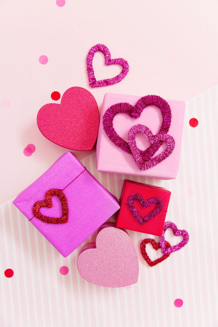 These heart gift toppers are the perfect Valentine's Day craft.  They are so easy to make even kids can join in too.  Make them into a garland or just some cute decor.  -DIY -Hearts -craft blogger -valentine's day craft