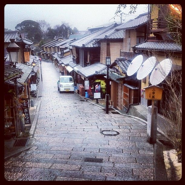 q二寧坂 (二年坂/Ninenzaka) en 京都市, 京都府 Calle antigua de Kyoto, distrito preservado