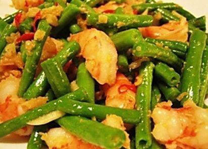 Tumis van boontjes met garnalen is een heerlijk en eenvoudig recept. Je kunt zelf bepalen hoe heet je het gerecht maakt door de hoeveelhei...
