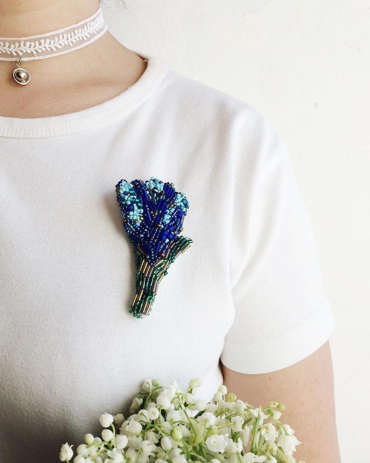 Блакитна 💙 - бо небо відзеркалилось у ній.   А могла б бути жовтою💛 #brooch #flowers #bluy #брошь #цветок #первоцвет #синий #брошьручнойработы #брошьизбисера