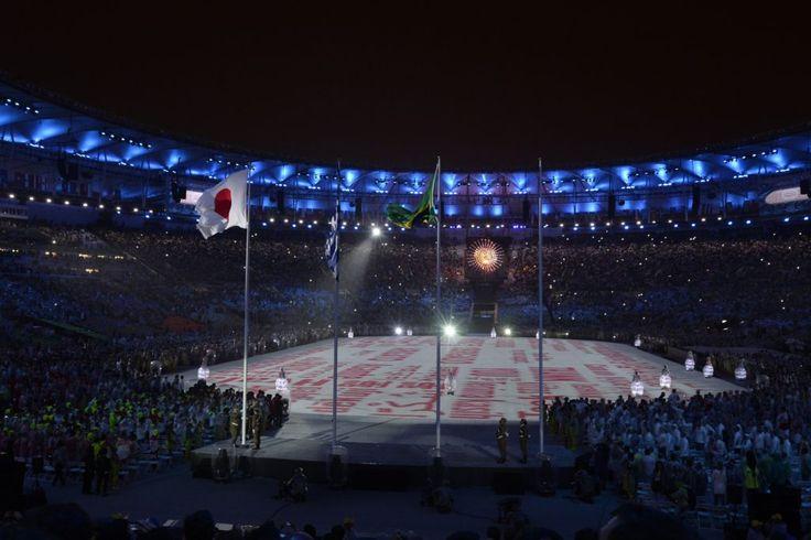 Rio de Janeiro, 2016. augusztus 22. Felhúzzák a japán zászlót a 2020-as nyári…