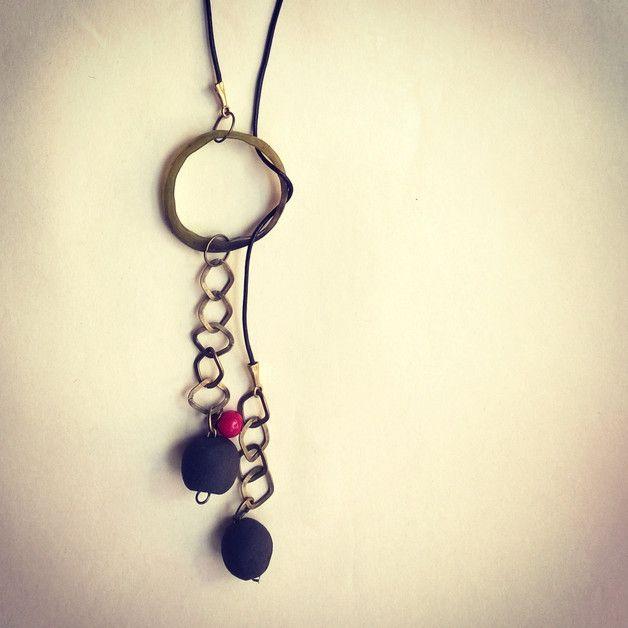Un collier unique pour une femme unique. L'accessoire idéal pour votre ensemble automnal. Vous pouvez ajuster la longueur en glissant le cordon autour de l'anneau.  Perles en grès chamotté noir,...