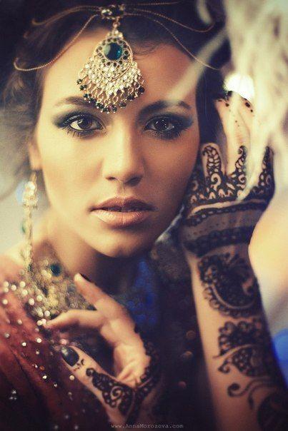 Traditional Indian bride wearing bridal saree and jewellery. #mehndi #maangtikka