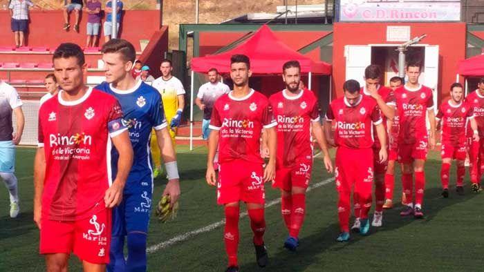 Este domingo se disputa la 3ª jornada de Grupo de Tercera división, donde nuestros dos equipos juegan fuera, y ambos a la provincia de Jaén. Es el tercer partido para el Rincón enfrentándose a conjuntos jienenses, recordemos que los de Bravo son co-lideres tras ganar 1-2 al Martos y 2-1 al Villacarrillo.   #deportes #futbol #noticias