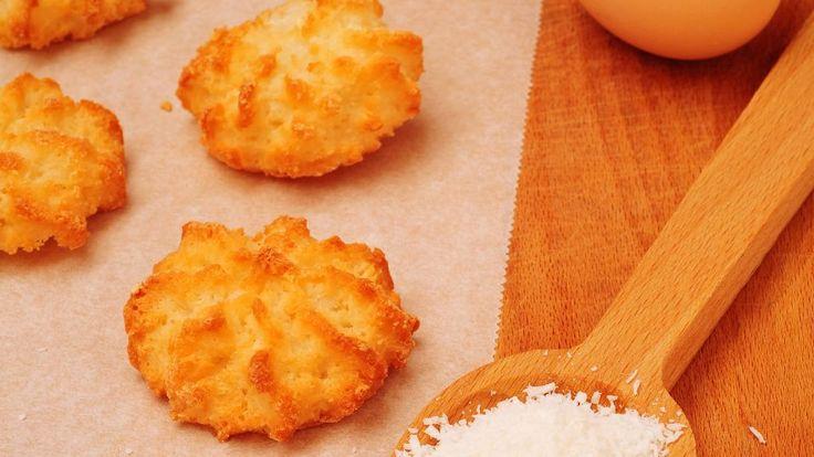 Sunde kokos-makroner eller bagte kokostoppe med chokolade og honning er en lækker opskrift af Gorm Wisweh fra Go' morgen Danmark, se flere dessert og kage på mad.tv2.dk