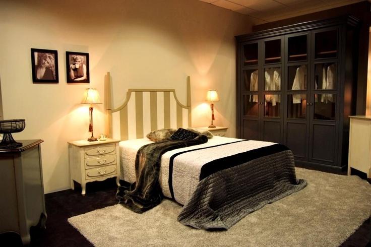 Una obra de arte hecha en madera maciza de cerezo y decorada en tonos neutros suaves. Cabezal para cama de 150 y 2 mesitas. Disponible cómoda.