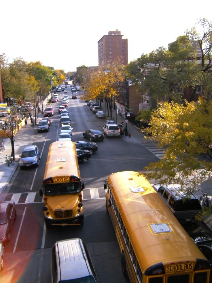 Schoolbussen in onze wijk in Chicago vanaf Damen L-train station