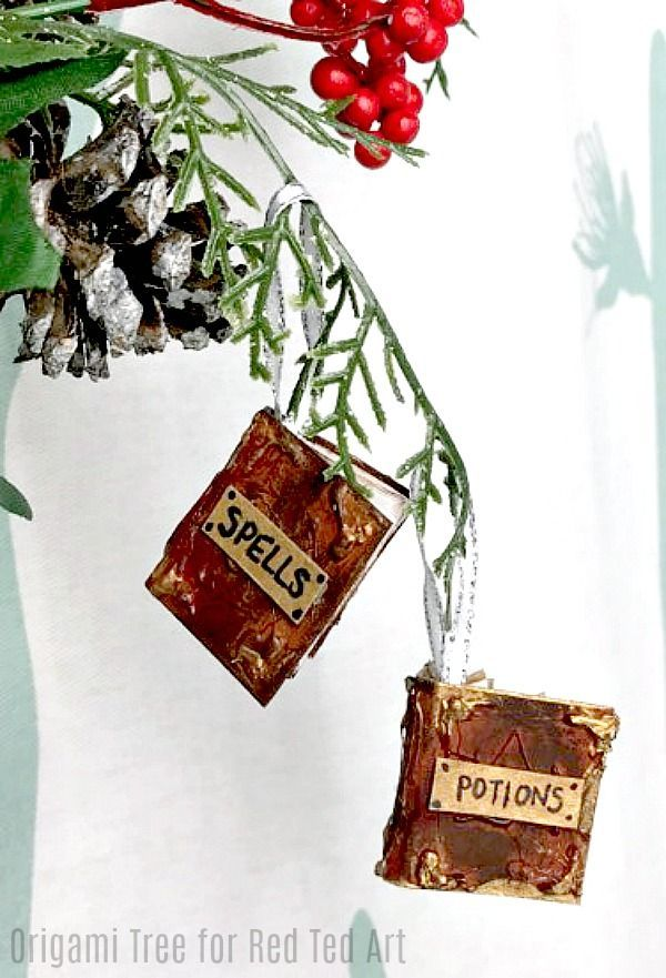 DIY Harry Potter Potions Notebook - Irristible mini spells and potion books for Harry Potter fans. Use them to write in.. or wouldn't they make GREAT DIY Paper Ornaments too?! Dying of cuteness! #Harrypotter #harrypotterdiy #potionsbook #potions #ornaments #notebookdiy