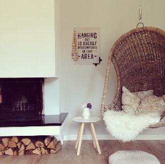 Sinds kort hebben wij een hangstoel in de woonkamer hangen. Onze hangstoel hangt tussen de open haard en de tv en met uitzicht op de tuin, een heerlijk plekje dus.