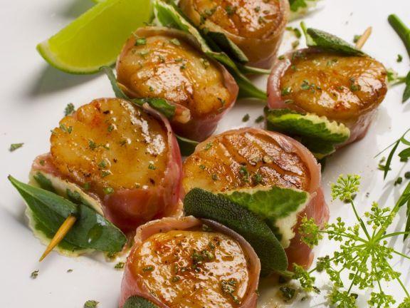 Gegrillte Jakobsmuscheln im Speckmantel ist ein Rezept mit frischen Zutaten aus der Kategorie Kräuter. Probieren Sie dieses und weitere Rezepte von EAT SMARTER!