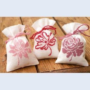 """""""Pink Flowers"""": kruidenzakjes om zelf te borduren met telpatroon"""